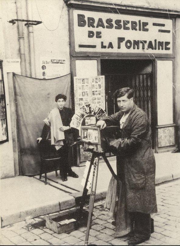 Agop KIRBIDJIAN et son fils Georges en 1946, place de la Révolution à Besançon. Georges se souvient que son père faisait beaucoup de photos d'identité pour les maçons immigrés (coll. Georges KIRBIDJIAN).
