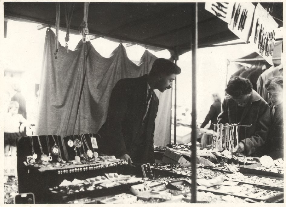 Georges KIRBIDJIAN à son étal, à la fin des années 1950 (coll. Georges KIRBIDJIAN).