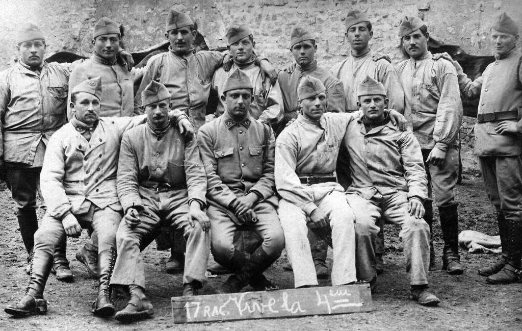 Lucien en 1919 (au centre avec les galons de brigadier) au 17e Régiment d'Artillerie de Campagne