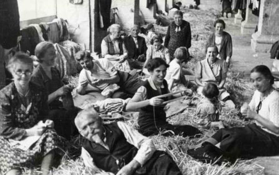1939 - Travaux sur la paille dans la Halle aux blés de Lectoure (photographie Alexandre DANNER - Archives municipales de la Ville de Saint-Louis)