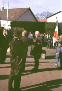 Saint-Usage (Côte d'Or), le 11 novembre 1995 : Lucien JEANDOT reçoit la Légion d'honneur des mains du colonel GROCHE, en présence de René ZAFFARONI, maire de la commune, et de Daniel FREITAG, conseiller général (photo A. GAGNIEUX).