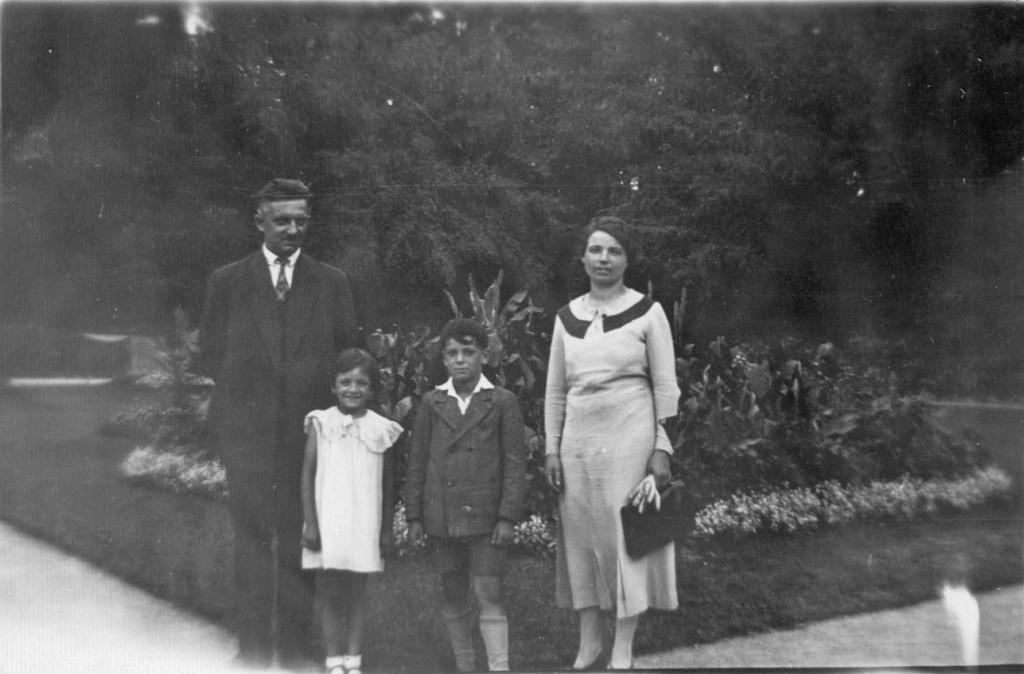 Lucien et Marguerite JEANDOT, et leurs enfants Serge et Yvette, vers 1935